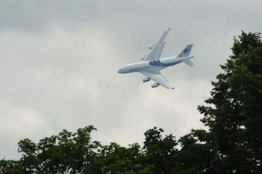 Scary approach to Farnborough by Airbus A380.