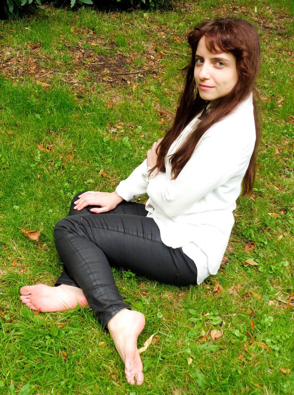 Zara Liore barefoot in the grass / Model Zara Liore, Makeup by Zara Liore / Uploaded 21st September 2017 @ 04:46 PM