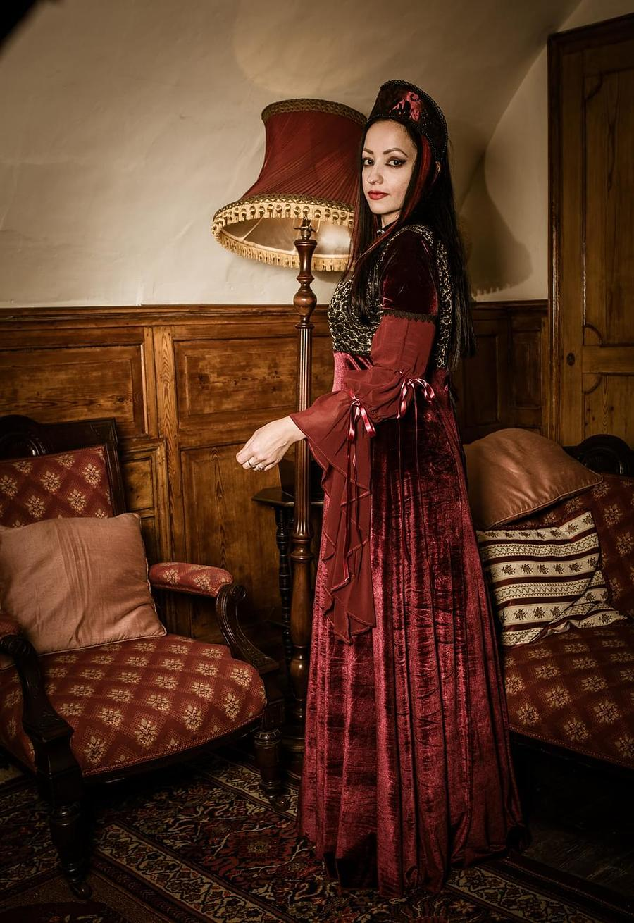 Tudor lady in waiting / Photography by PaintingLight, Model Leonie Snow, Designer Superstitchious / Uploaded 14th September 2020 @ 09:42 AM