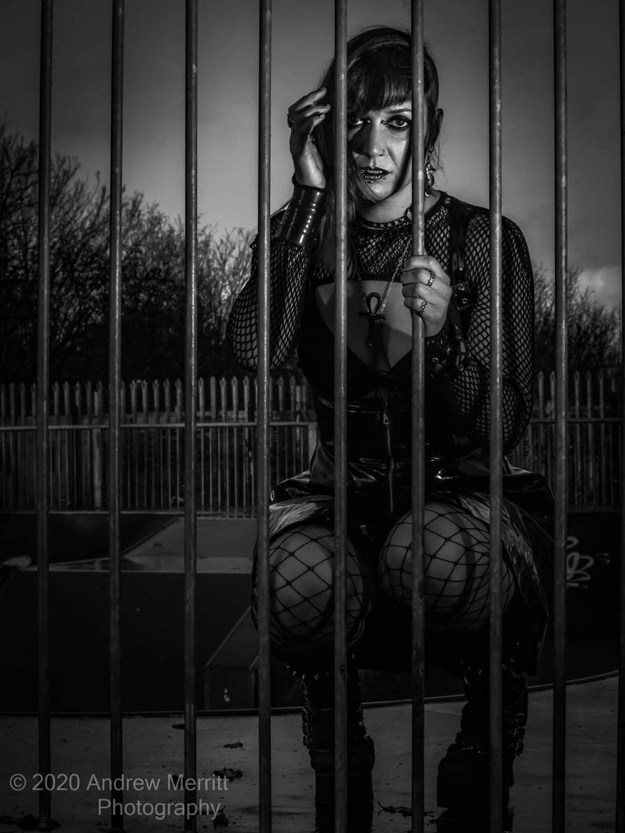 Trapped by herself / Photography by AndyPM, Model Shell Psycho / Uploaded 17th January 2021 @ 06:49 AM