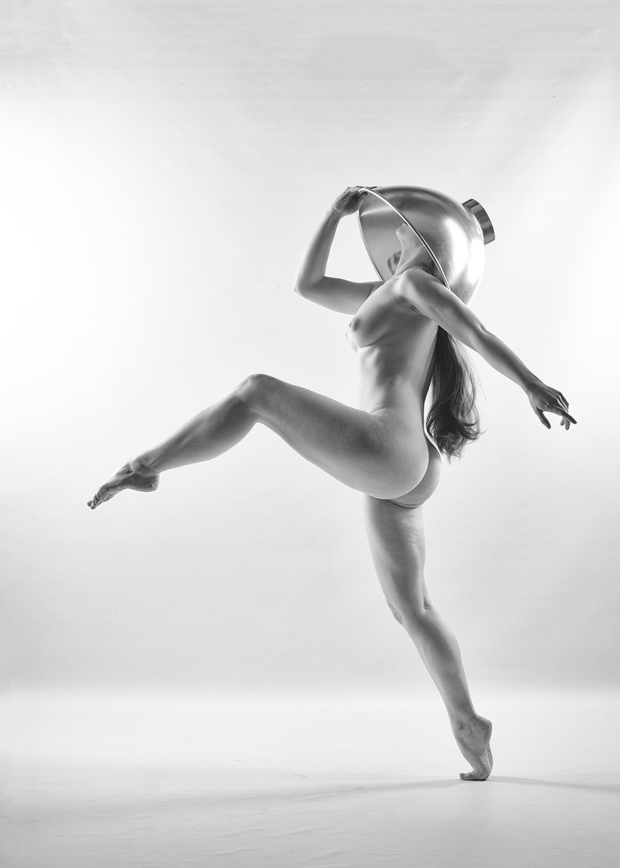 Nude dance bath