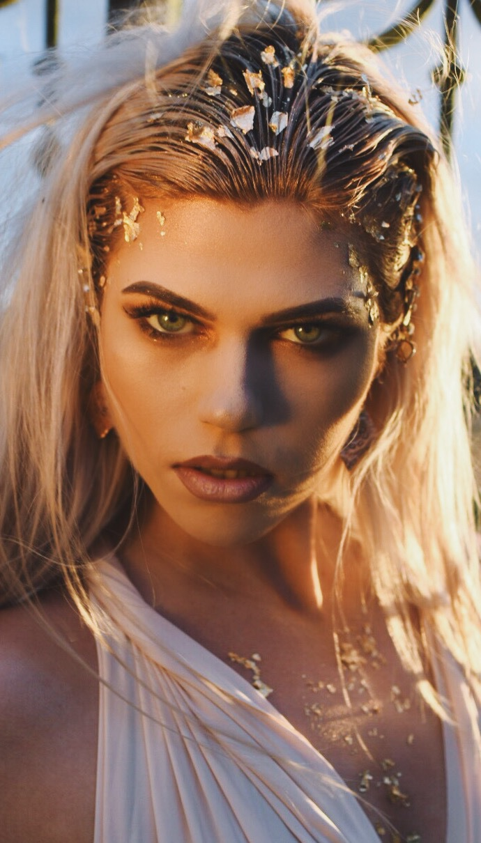 Queen of the stare / Model Amber Chelsea / Uploaded 6th January 2018 @ 11:06 AM