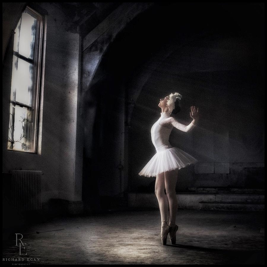 la lumière ne fera qu'améliorer une figure de beauté / Photography by Richard Egan photography, Model Ballerina Erica Mulkern, Taken at Shoots at Antwerp Mansion / Uploaded 4th April 2021 @ 08:58 AM